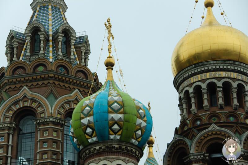 Bunte Kuppel der Blutkirche in St. Petersburg