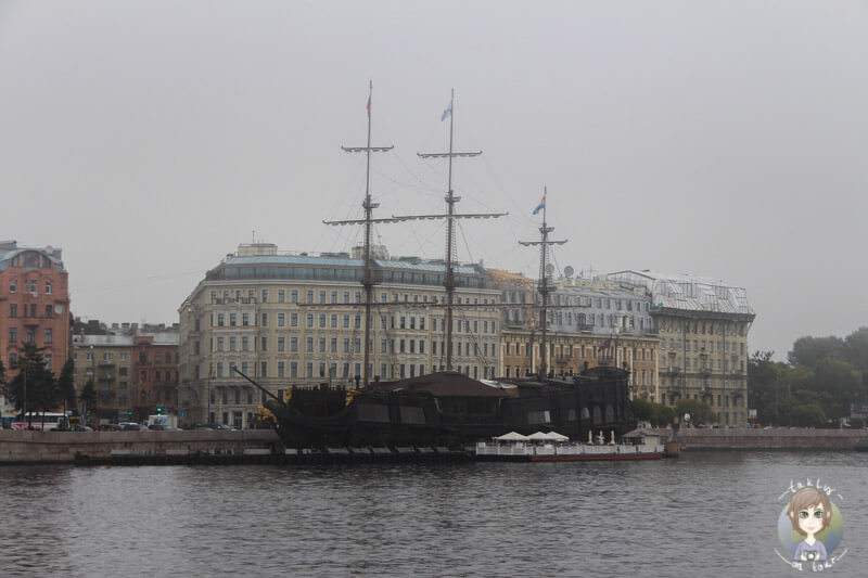 Ein Schiff auf dem Fluss Neva