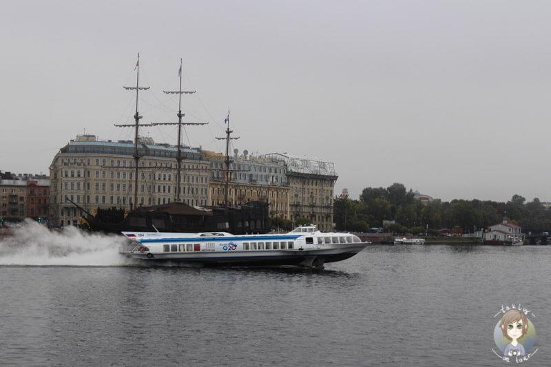 Ein Schnellboot in St. Petersburg auf dem Neva