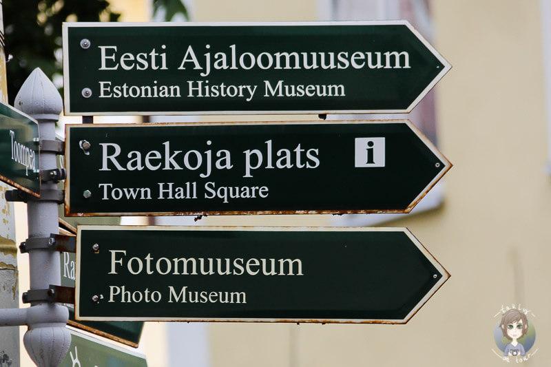 Ein Wegweiser in der Altstadt von Tallinn