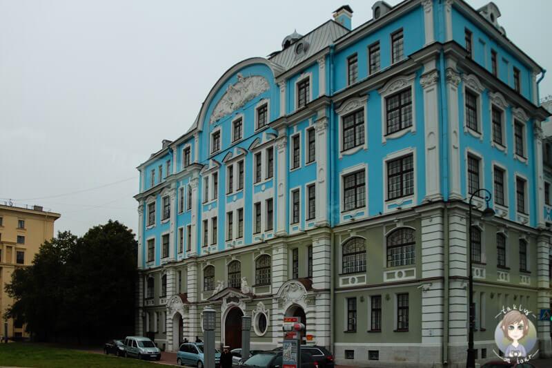 Ein blaues Gebäude gegenüber des Schiffs Aurora (1)