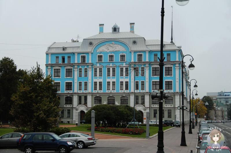 Ein blaues Gebäude gegenüber des Schiffs Aurora (2)