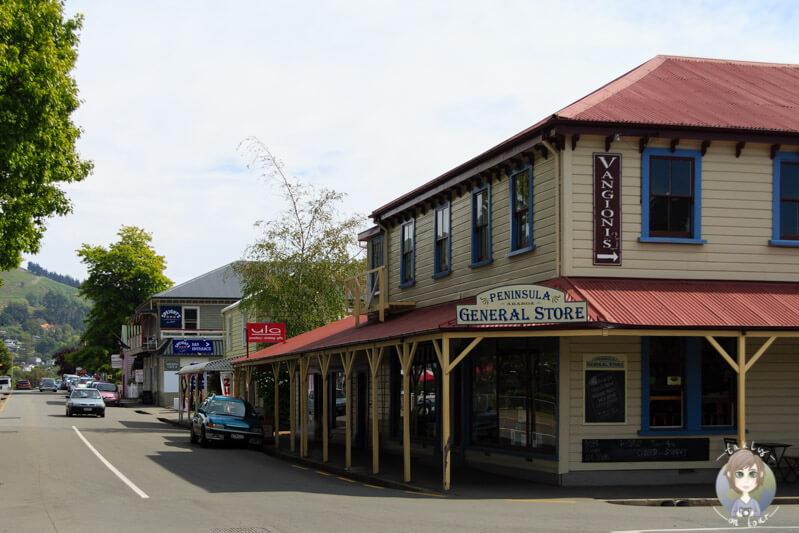Ein Gebäude an der Hauptstraße in Akaroa auf der Banks Peninsula