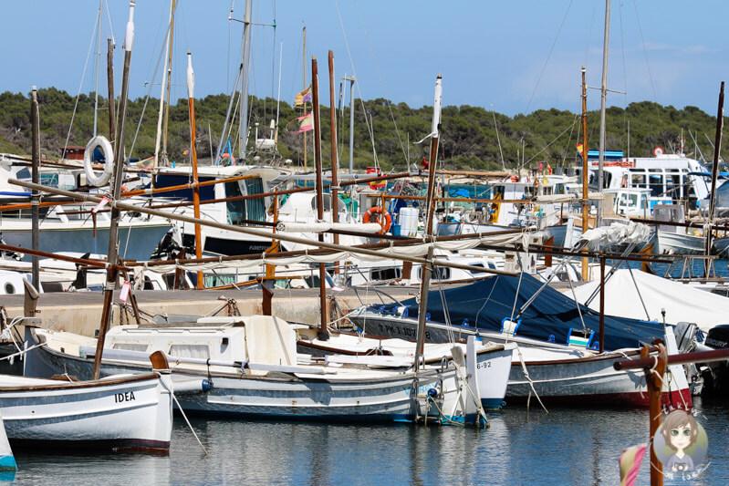 Segelboote im kleinen Hafen von Colonia de Sant Jordi auf Mallorca