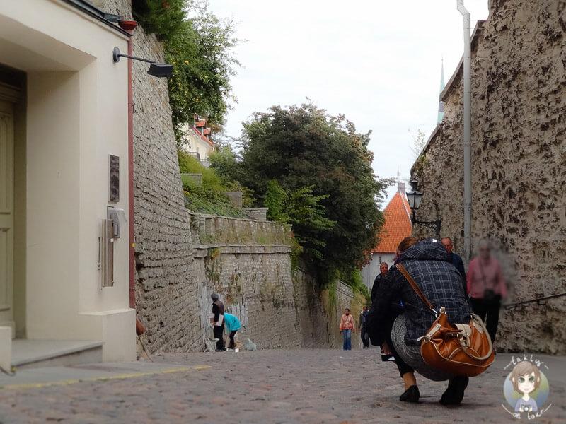In der Altstadt von Tallinn am Fotografieren mit geänderter Kameraperspektive