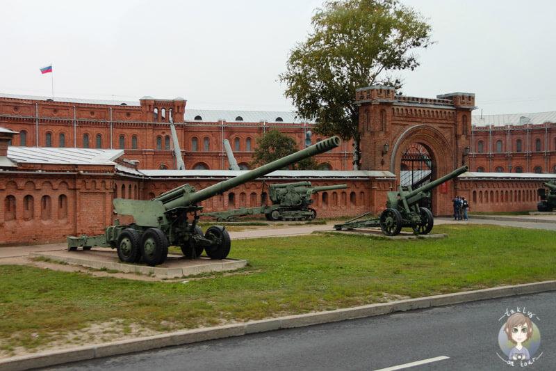 Kanonen vor einem Museum in St. Petersburg