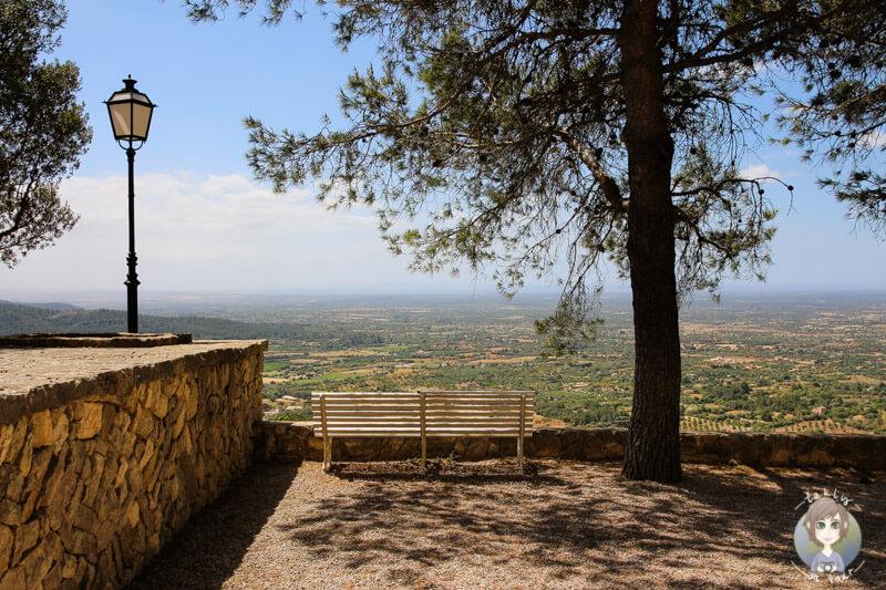 Eine Bank vor der Aussicht vom Puig de Randa, Mallorca