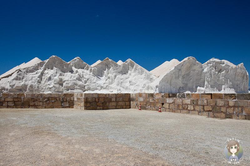 Beeindruckende Salzhügel am Parkplatz der Salines d´Es Trenc