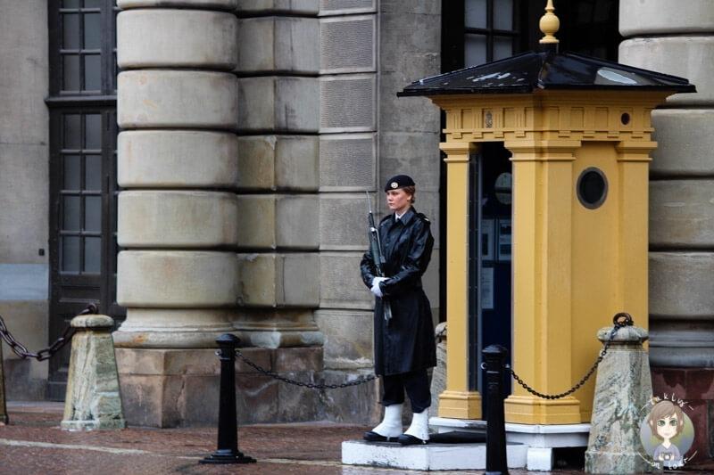 weibliche Wachen am Schloss in Stockholm