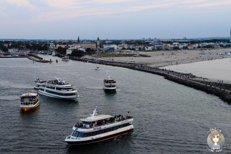 Zuschauer beim Ablegen des Kreuzfahrtschiffs AIDA mar in Warnemünde (1)