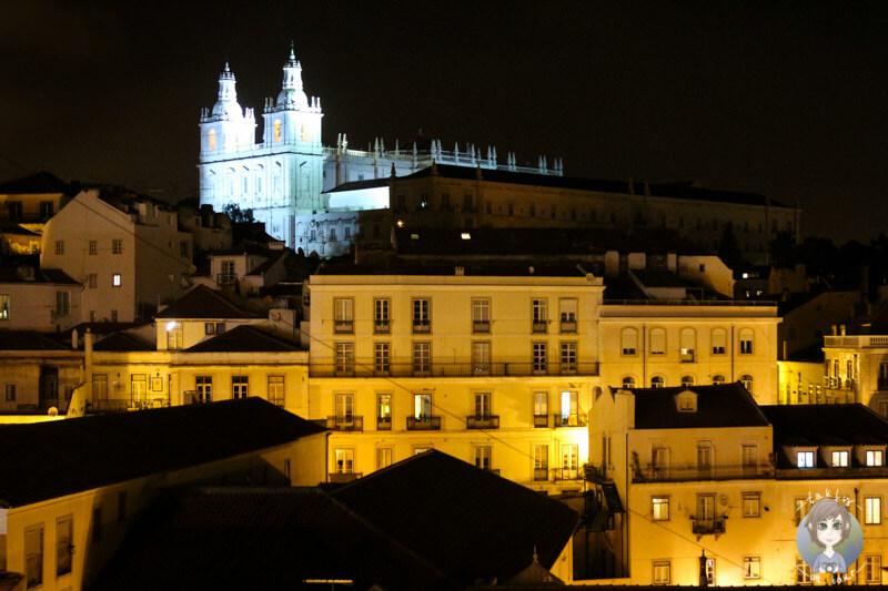 Helle Erleuchtung in der Nacht in Alfama, Lissabon