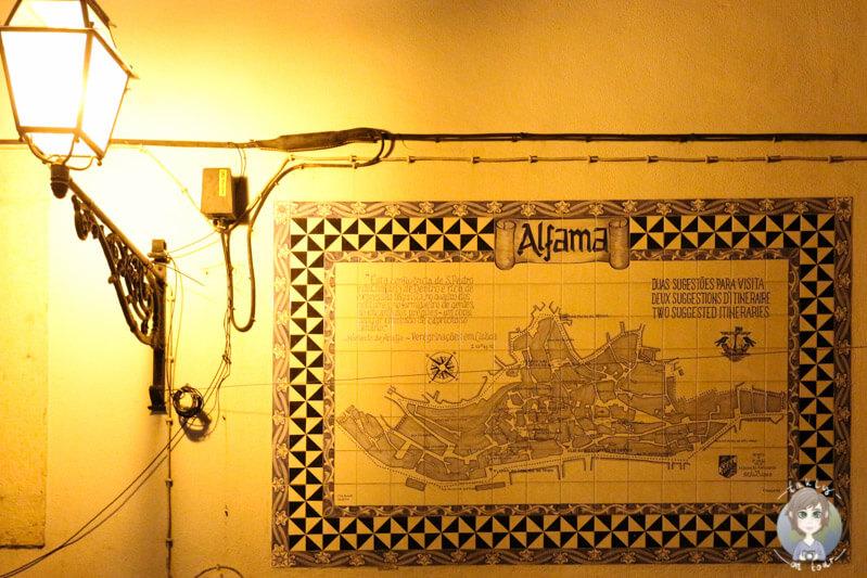 Das Azulejo mit der Stadtansicht von Alfama am Abend