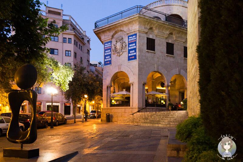 Die schön beleuchteten Gassen in Palma, Mallorca