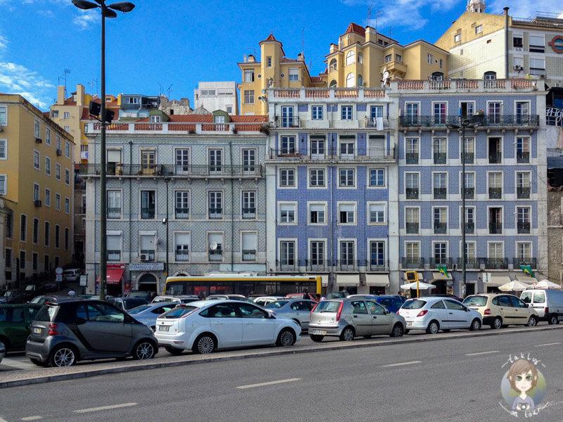 Eine Häuserzeile an der Haltestelle Santa Apolónia in Lissabon