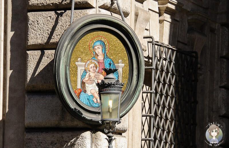 An einer Hauswand in Rom