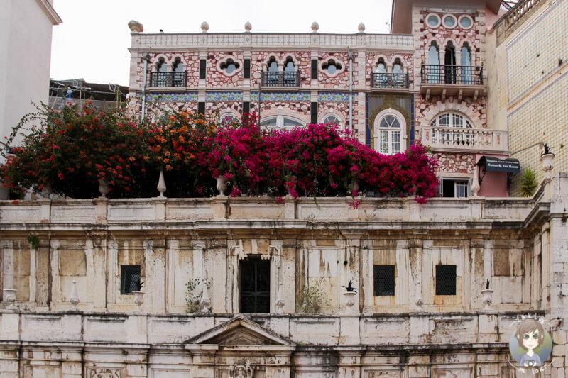 Ein schön bepflanztes Bauwerk in Lissabon
