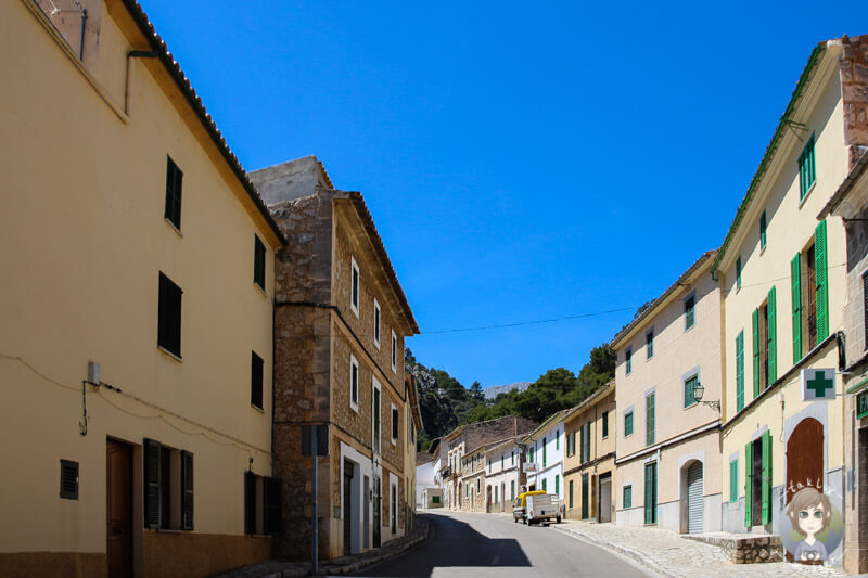 Die Hauptstraße vom Bergdorf Selva, Mallorca
