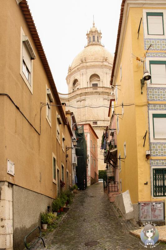 Eine Gasse mit Blick auf die Paróquia de São Vicente de Fora, Lissabon