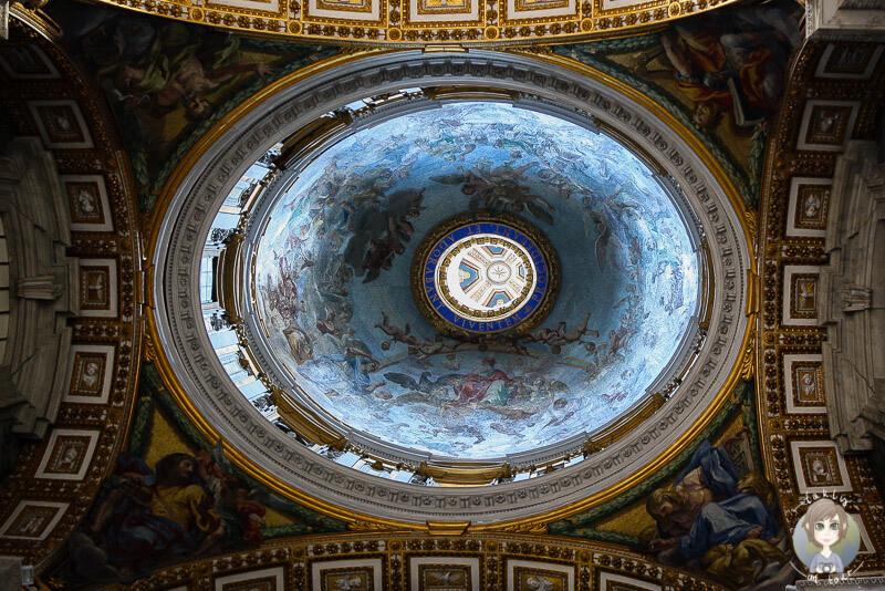 Die Kuppel des Petersdom in Rom von Innen bei geänderter Kameraperspektive