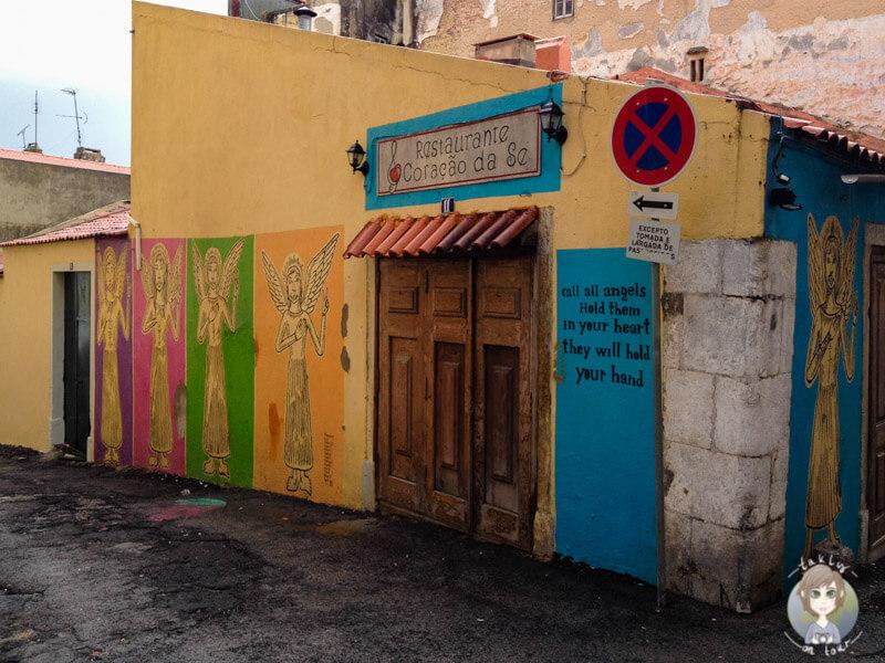 Ein Stadtspaziergang in Lissabon ist sehr farbenfroh