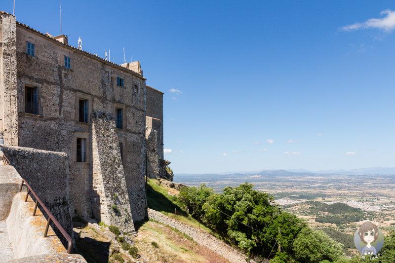 Die Mauern des Klosters Sant Salvador auf Mallorca