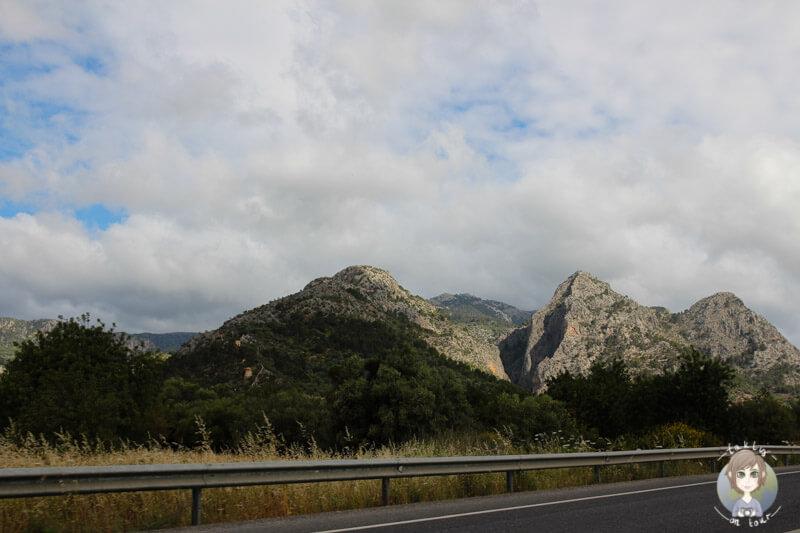 Eine dichte Wolkendecke über dem Tramuntanagebirge