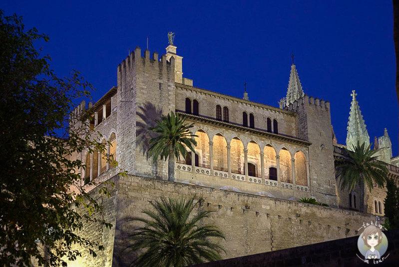 Der beleuchtete Königspalast La Almudaina in Palma am Abend