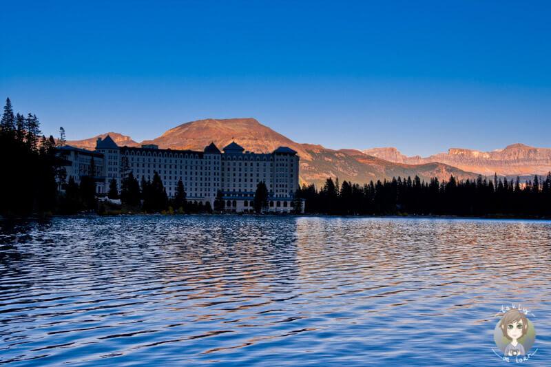 EIn Blick auf das Hotel am Lake Louise im Sonnenuntergang