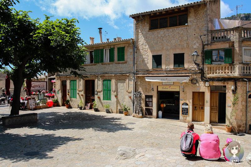 Blick auf die Eisdiele am Kloster von Valldemossa auf Mallorca