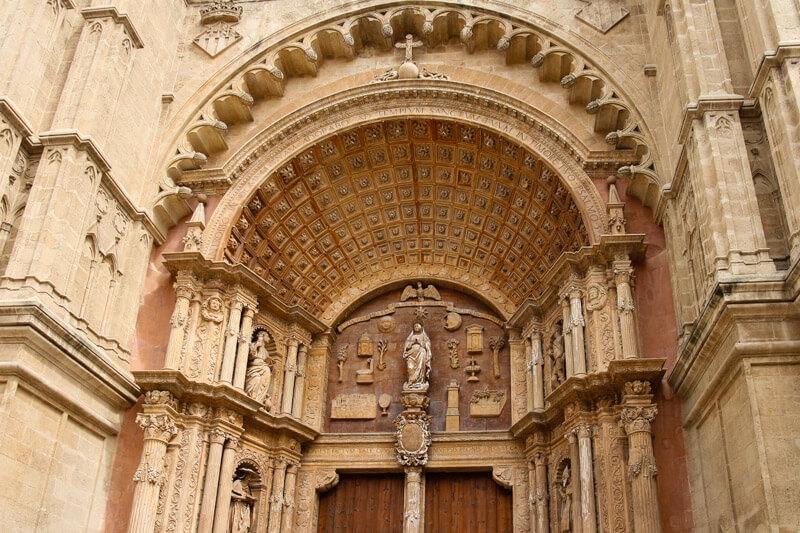 Der Torbogen der Kathedrale La Seu