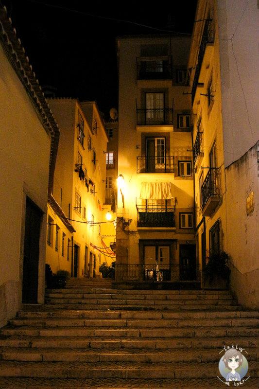 Die hellerleuchteten Gassen in Alfama, Lissabon