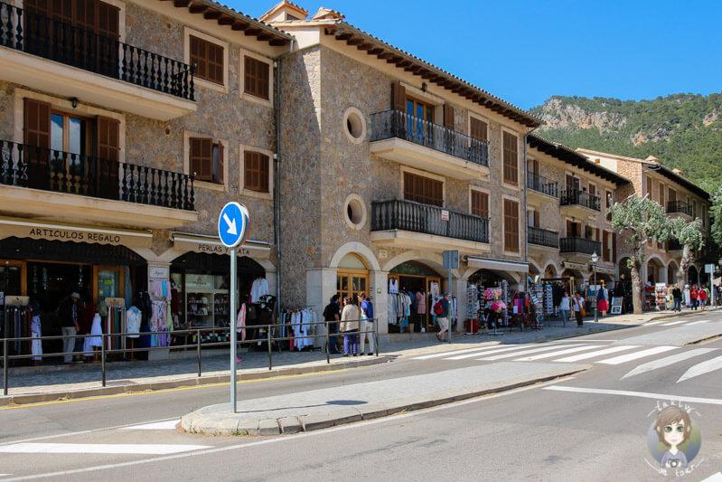 Die Hauptstraße von Valldemossa, Mallorca