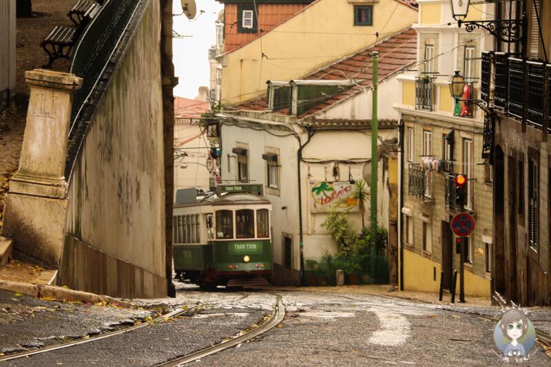 Die Straßenbahnen fahren durch die schmalen Gassen von Lissabon