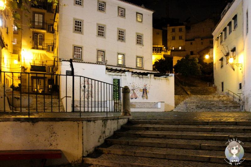 Die hellerleuchteten Gassen von Alfama in der Nacht