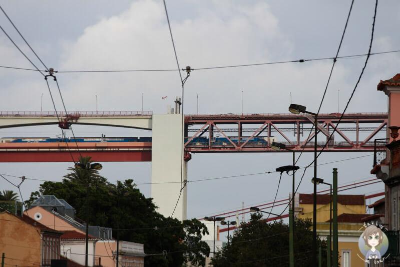 Ein Zug auf der Ponte de 25 Abril in Lissabon