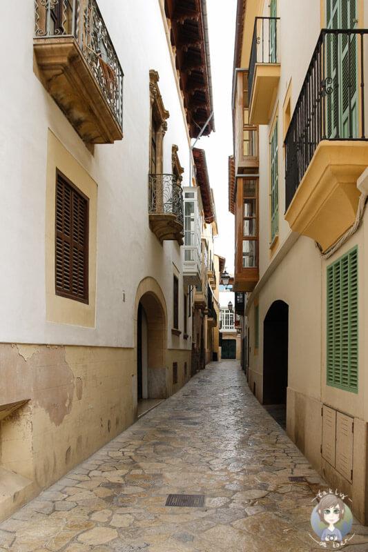 Eine schmale Gasse in der Nähe der Kathedrale von Palma