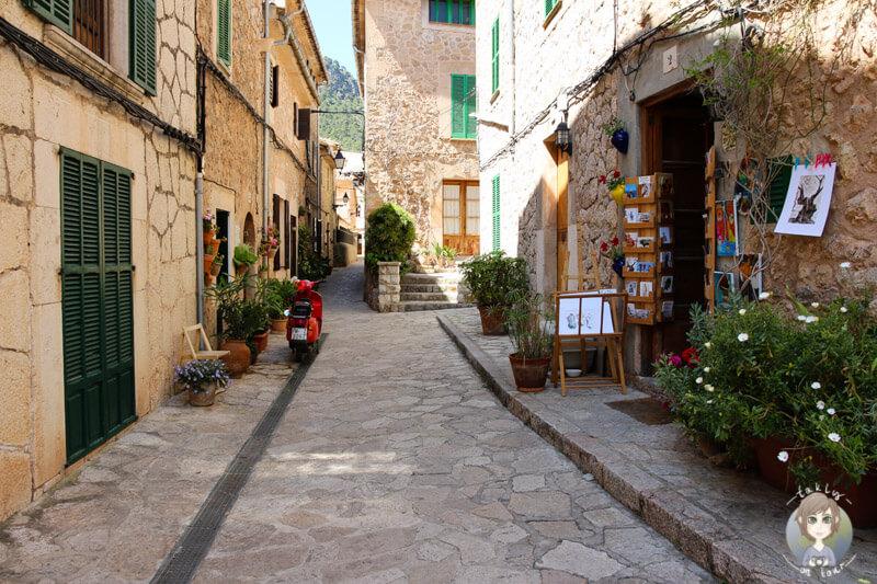 Eine schöne Gasse im Bergdorf Valldemossa, Mallorca