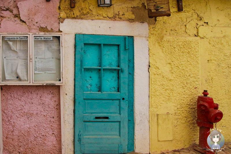 Ein bunter Hauseingang in Lissabon