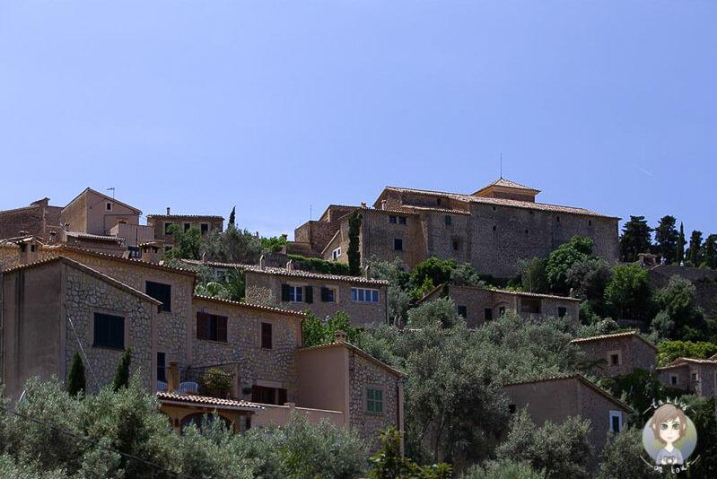 Die am Hang gelegenen Häuser in Deía auf Mallorca