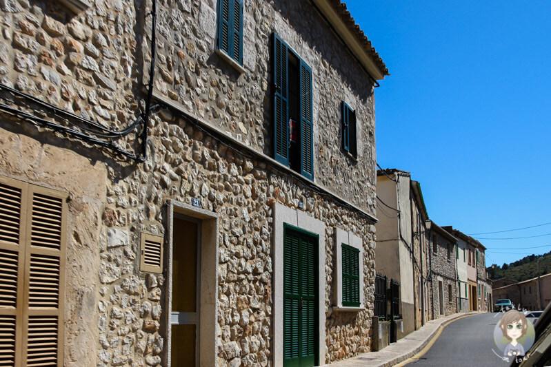 Schöne Häuser an der Hauptstraße von Biniamar, Mallorca
