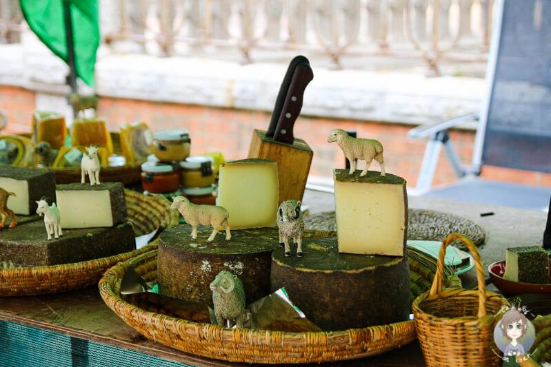 Ein Marktstand mit Käse in Sóller
