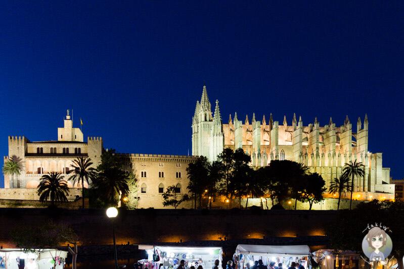 Marktstände unterhalb der Kathedrale la Seu in Palma