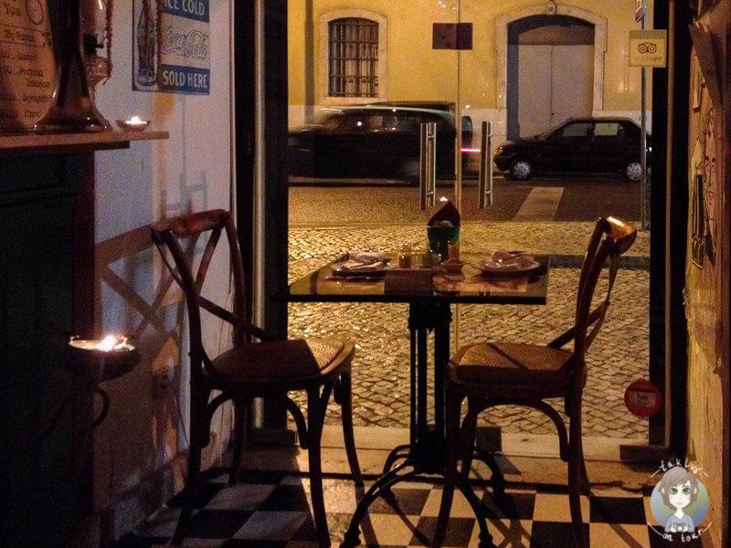 Ein Platz mit Blick auf die Straße im Restaurant 'Trigo Latino'
