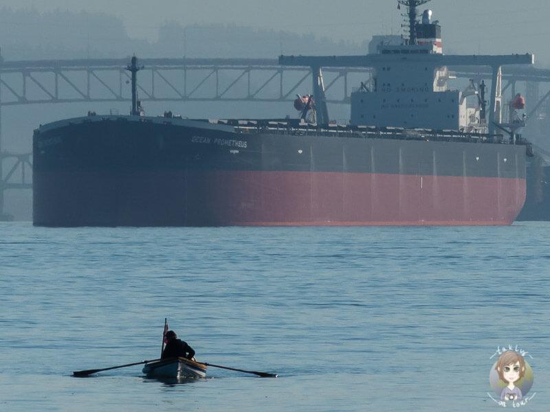 Ein Tanker und ein Ruderer in Vancouver (copyright taklyontoour.de)
