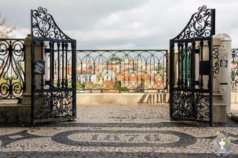 Blick auf einen Zaun in Lissabon durch Wechsel der Kameraperspektive