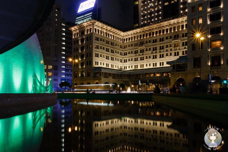 Das beleuchtete Space Museum vor dem The Peninsula Hotel in Hong Kong