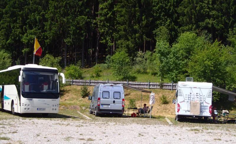 Outdoorkid auf einem Campingplatz