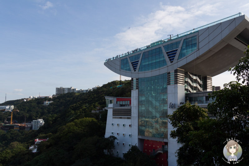 Blick von der Lugard Road in Hong Kong auf den Peak Tower