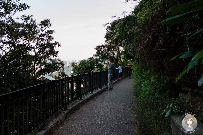 Spaziergang über die Lugard Road auf dem Victoria Peak in Hong Kong