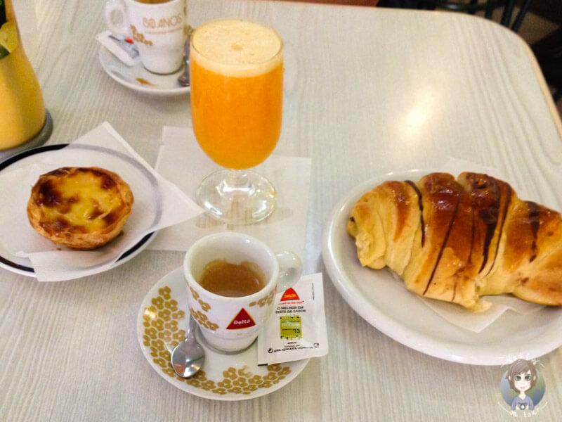 Frühstück in der 'Pastelaria Alfacinha', Lissabon